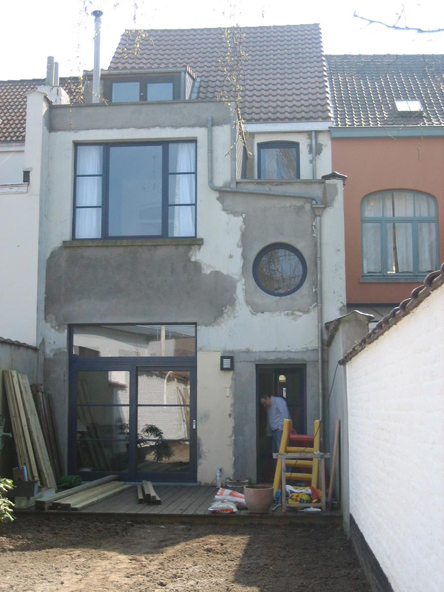 Avant: Façade de maison avant de peinture