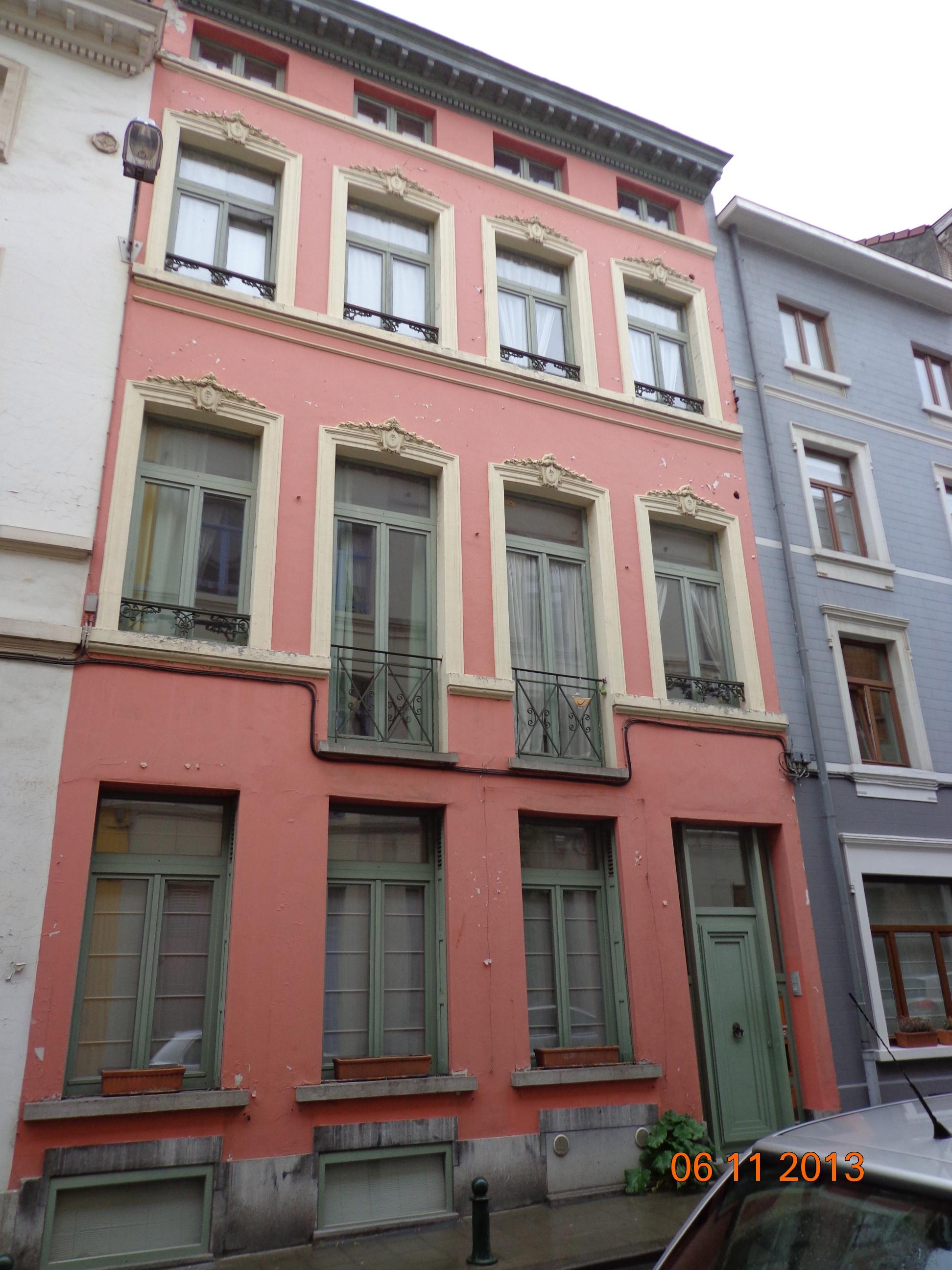 Avant: Façade de maison avant de peinture extérieure